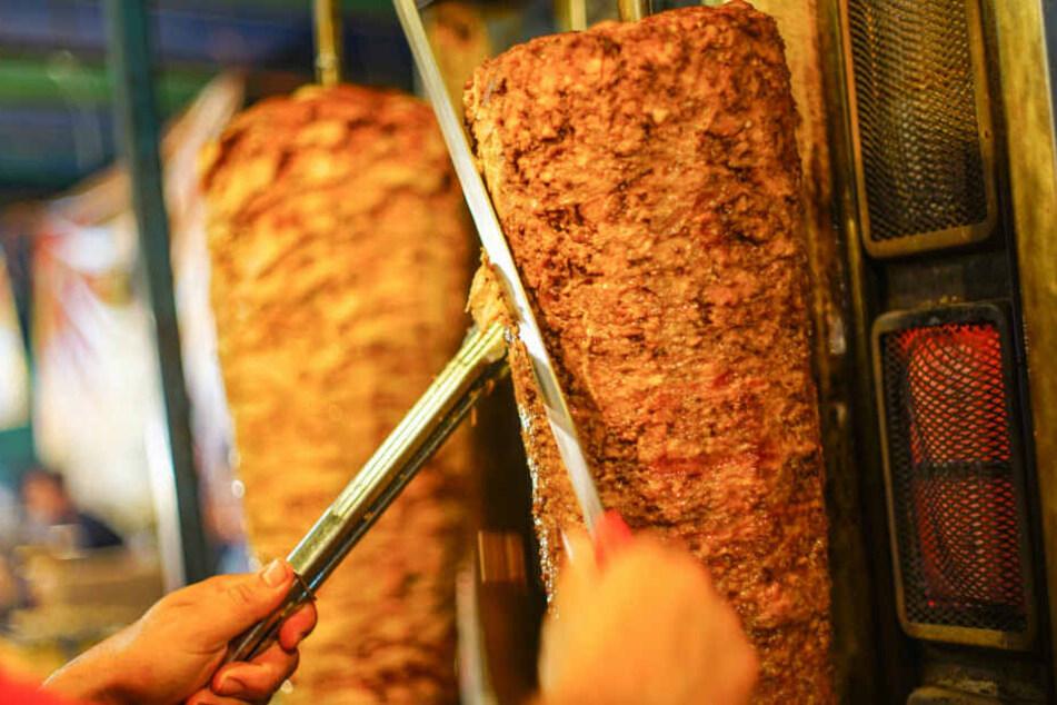 Mann will Imbiss mit Messer überfallen: Verkäufer zückt Dönerspieß