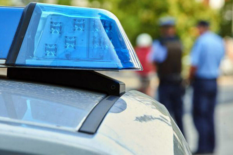 Die Polizeibeamten wurden von rund 50 Menschen bedrängt.