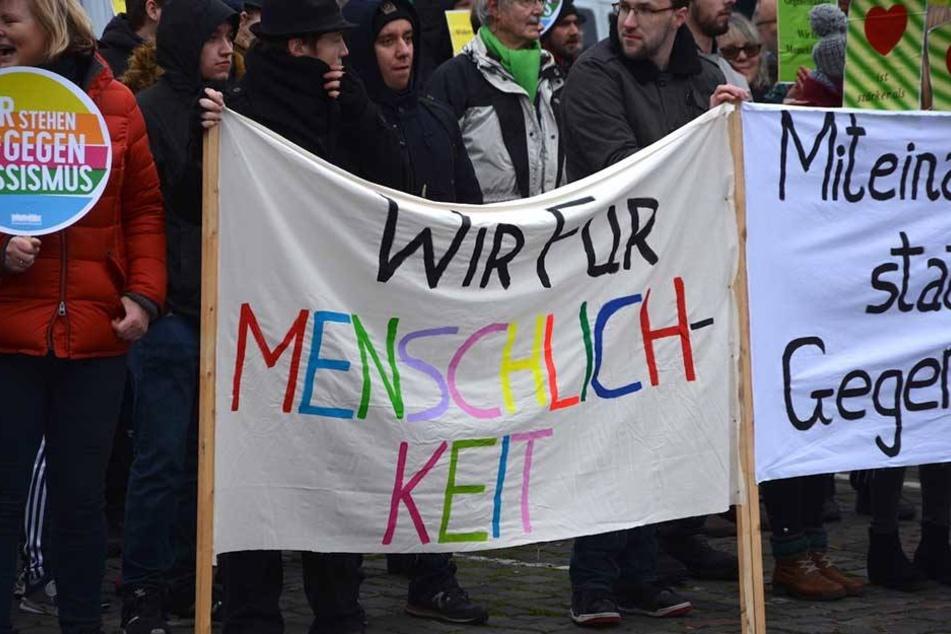 Auf der Gegendemonstration wurde für mehr Menschlichkeit und gegen Rassismus auf die Straße gegangen.