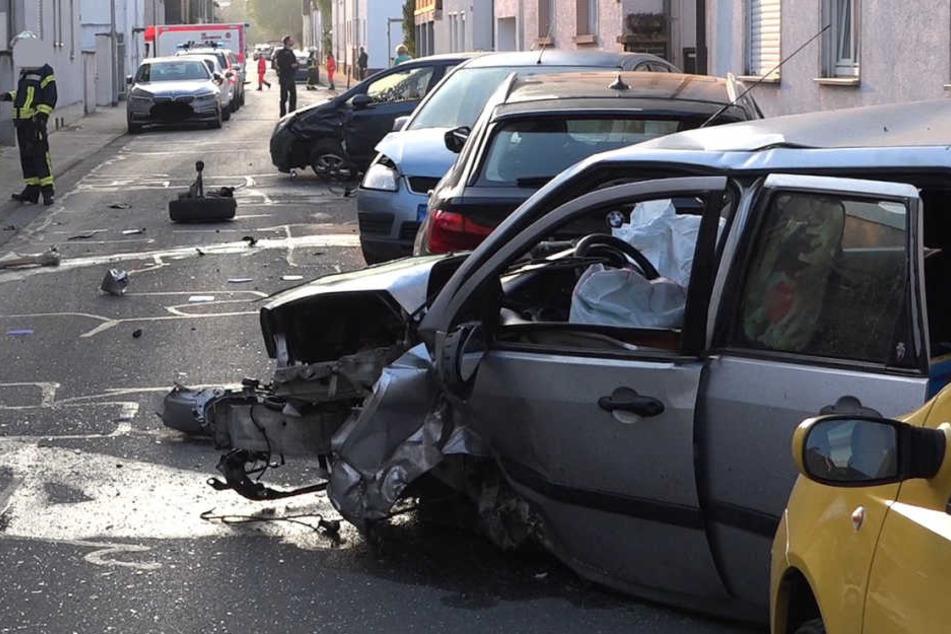 Einige der gerammten Fahrzeuge erlitten einen Totalschaden.