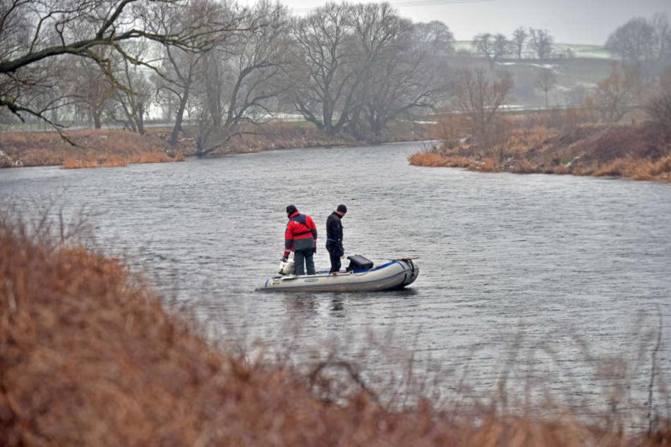 Die Polizei sucht von Booten aus und mit Tauchern die Mulde ab.