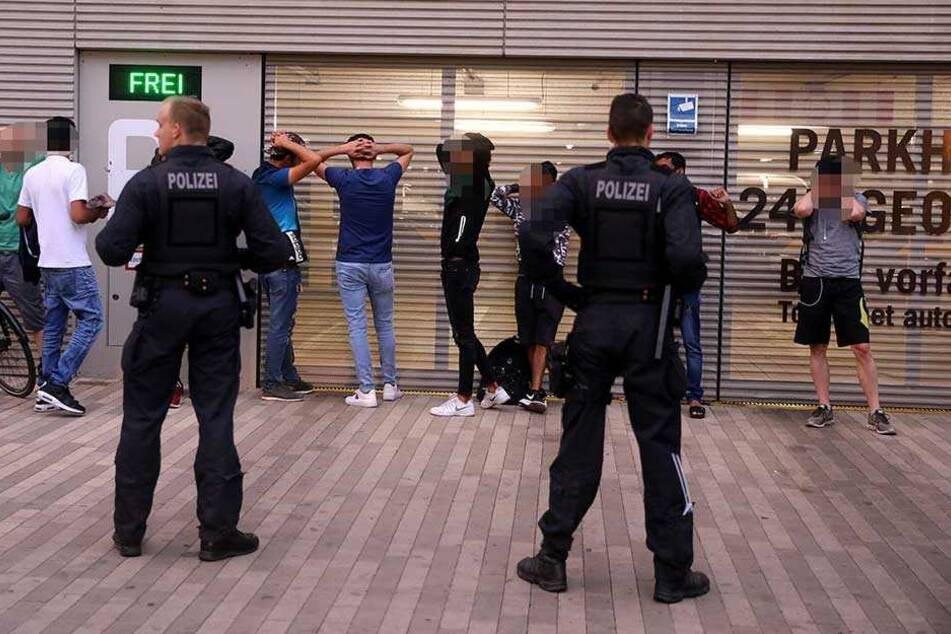 145 Polizisten im Einsatz: Drogenrazzia an der Scheune
