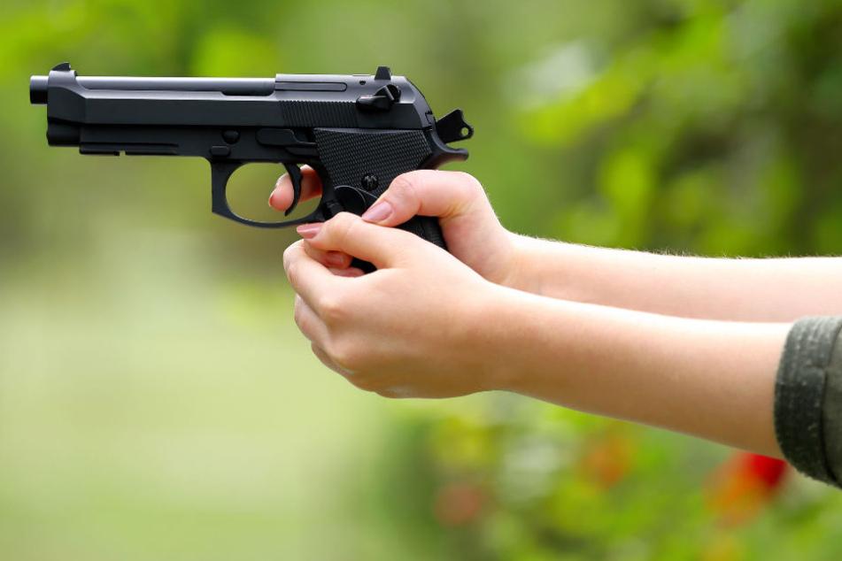 Mädchen (13) läuft mit Pistole über Schulhof und drückt immer wieder ab