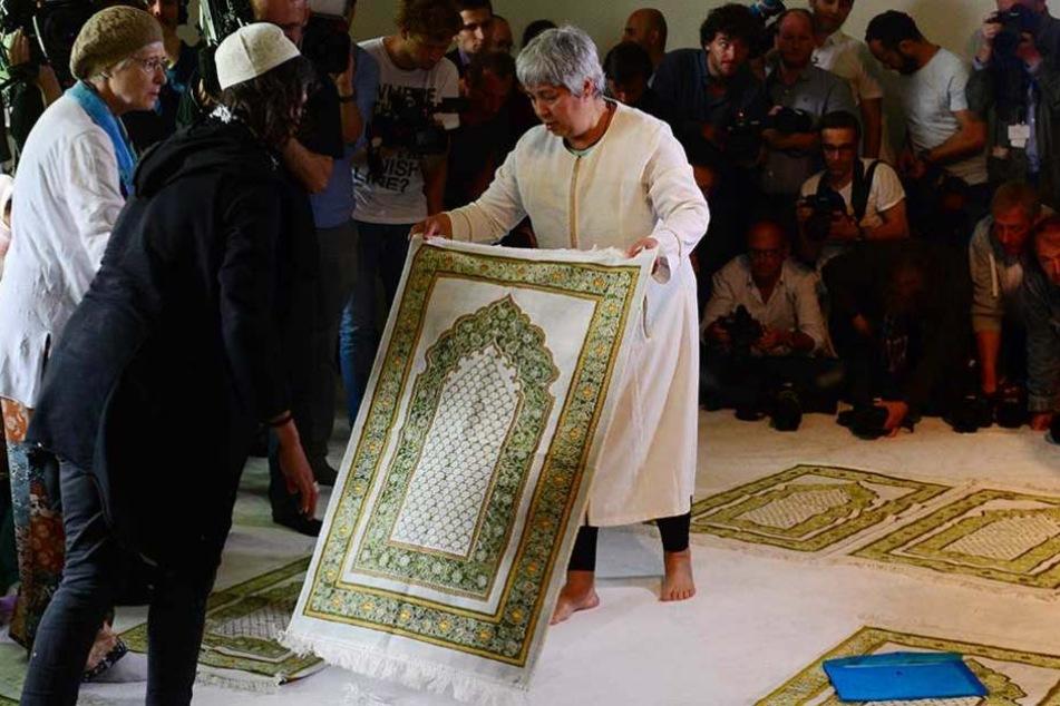 Die Gründerin der liberalen Ibn-Rushd-Goethe-Moschee, Seyran Ares, (re.) wird seit der Eröffnung bedroht und steht unter Polizeischutz.