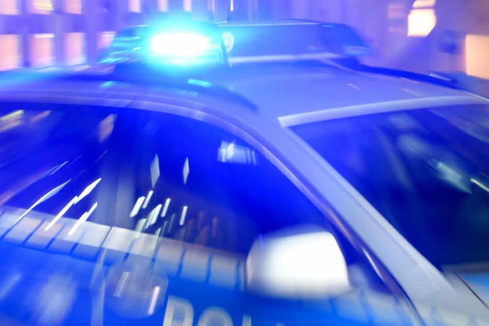 Die Polizei vermutet, dass eine Explosion den Brand verursacht hat. (Symbolbild)