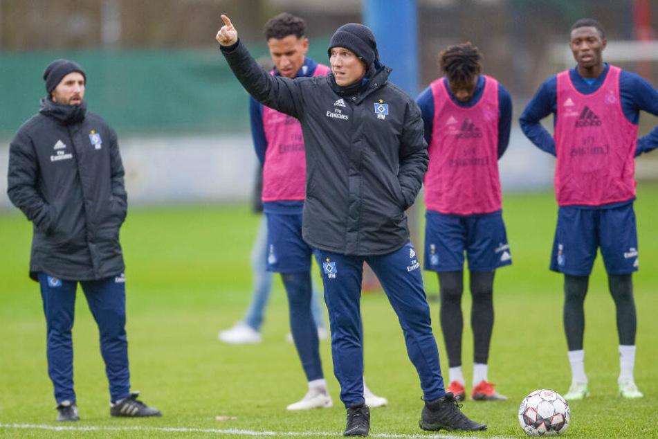 HSV-Trainer Hannes Wolf gibt im Training die Richtung vor.