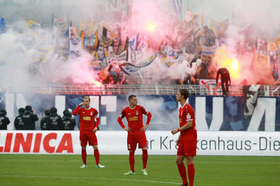 Jenas Fans ließen es nach dem Sieg tüchtig krachen und nebeln. Die Erfurter Spieler waren von der Niederlage geschockt.
