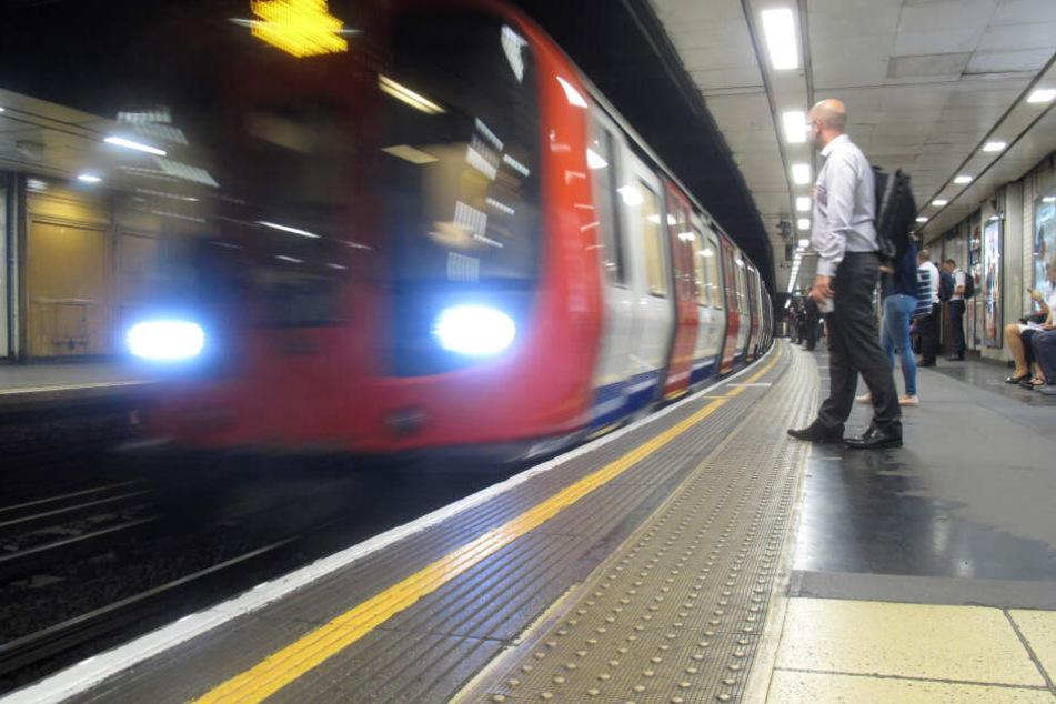 Warum? Hier fahren hunderte Menschen U-Bahn, obwohl laufen schneller wäre