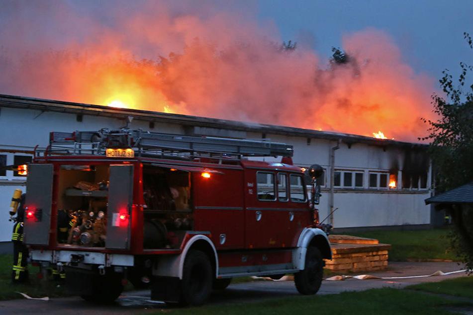 Beim Eintreffen der Feuerwehr schlugen schon die Flammen aus dem Dach.