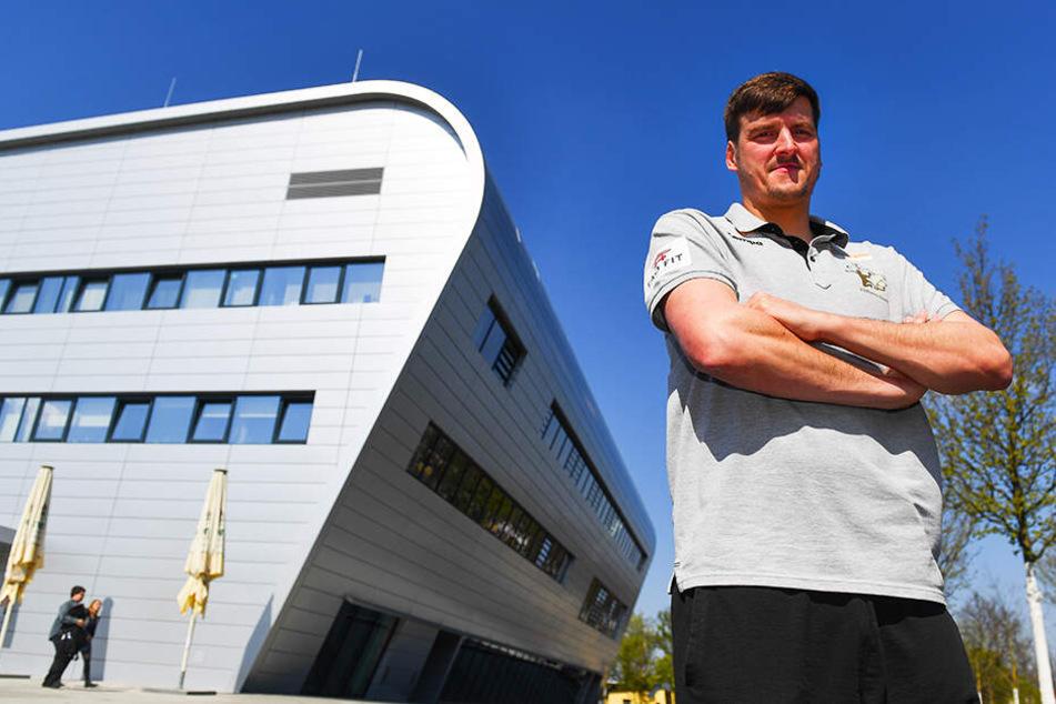 Der 2,07 Meter große Rico Göde war einst Profi für Concordia Delitzsch, die Füchse Berlin und den SC DHfK Leipzig gespielt, zuletzt für den HC Elbflorenz. Nach Christian Pöhlerswurde er beim HCE vom Co- zum Cheftrainer befördert.