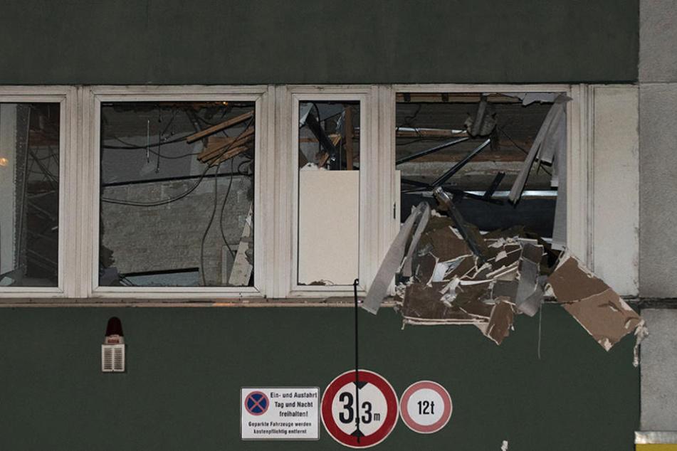 Zerbrochene Fenster sind an einem Bürohaus an der Potsdamer Straße zu sehen.