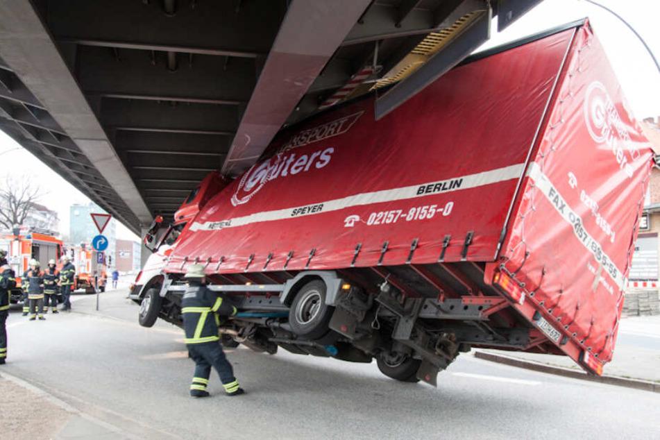 Mit seinem Aufbau ist ein Lastwagen im März 2015 unter einer Hochbahnbrücke am Barmbeker Markt in Hamburg hängengeblieben und stand nur noch auf zwei Rädern.