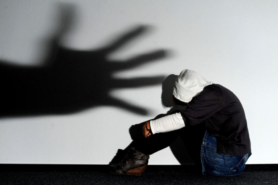 Die 21-jährige Ehefrau soll von ihrem Mann mehrfach vergewaltigt worden sein. (Symbolbild)