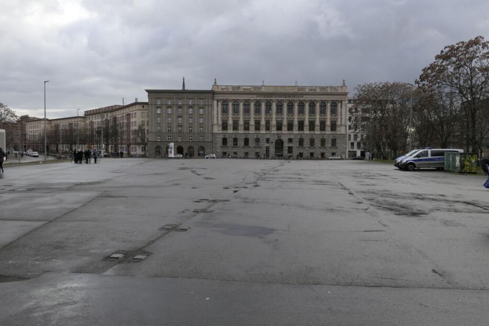 Der Wilhelm-Leuschner-Platz war um 14 Uhr erwartungsgemäß (fast) verlassen. Lediglich ein paar Gegendemonstranten hatten sich eingefunden.