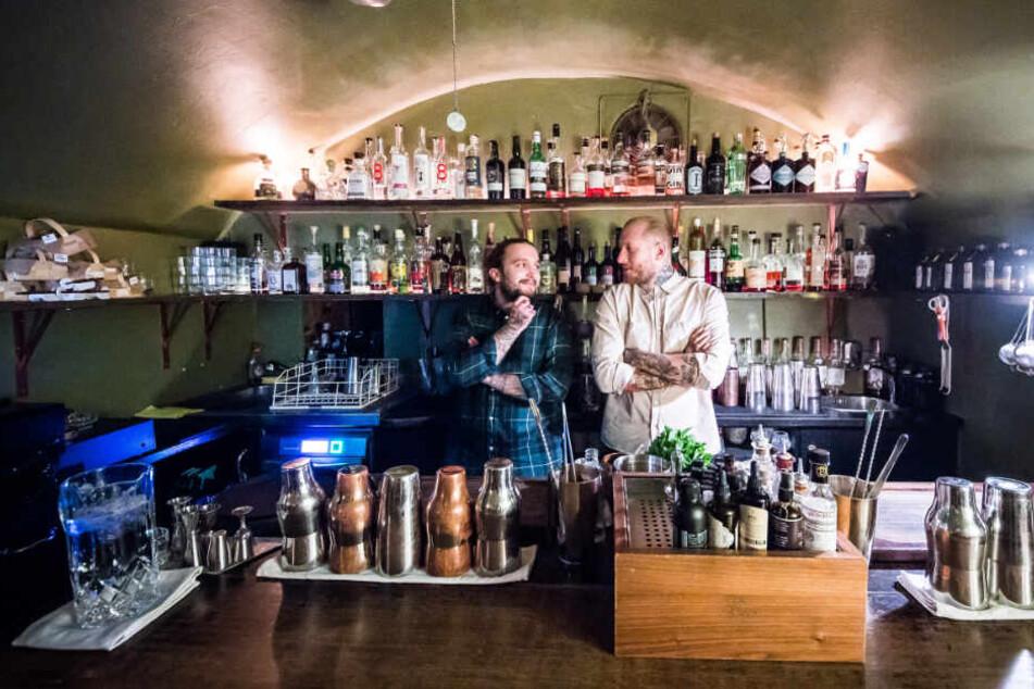 Joshua Besemer (l), Barkeeper, und Michele Heinrich, Bar Manager, stehen hinter der Theke.