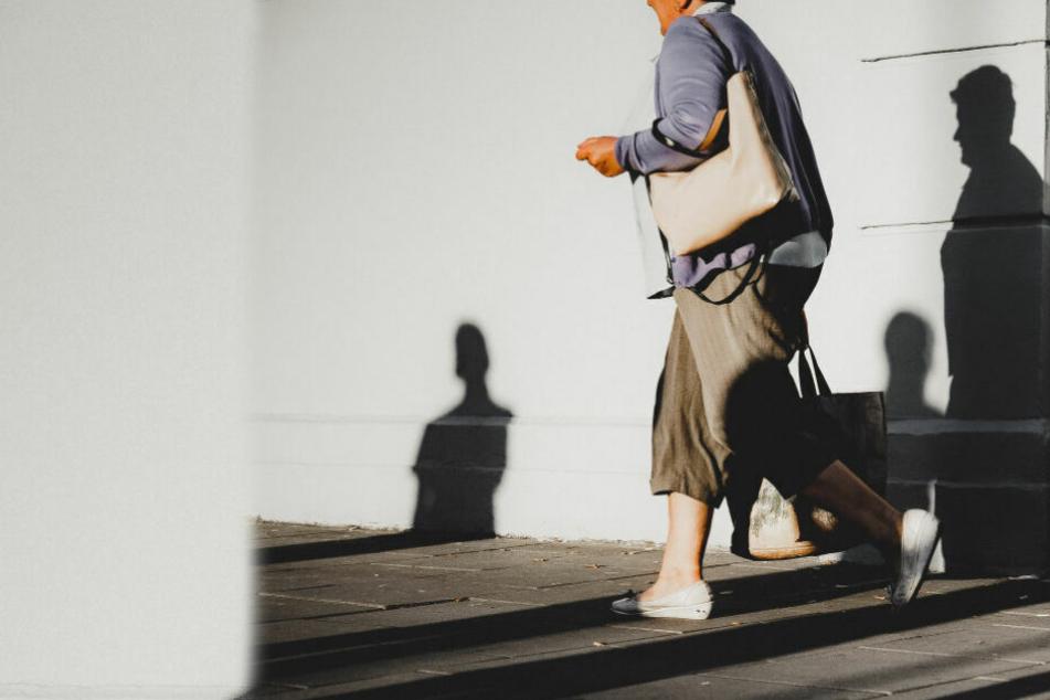Die 82-Jährige bekam ihre Handtasche von einem Helfer überreicht, nach dem die Polizei unter anderem noch immer sucht. (Symbolbild)