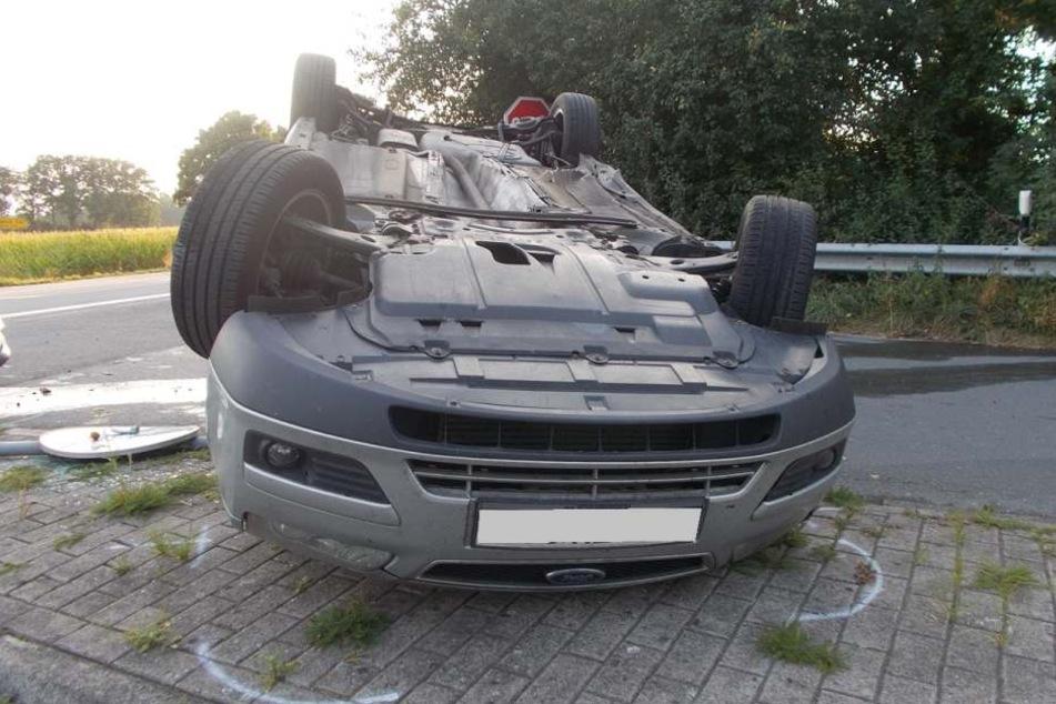 Der 26-jährige Fahrer des Ford wurde mit leichten Verletzungen ins Krankenhaus Rahden gebracht.
