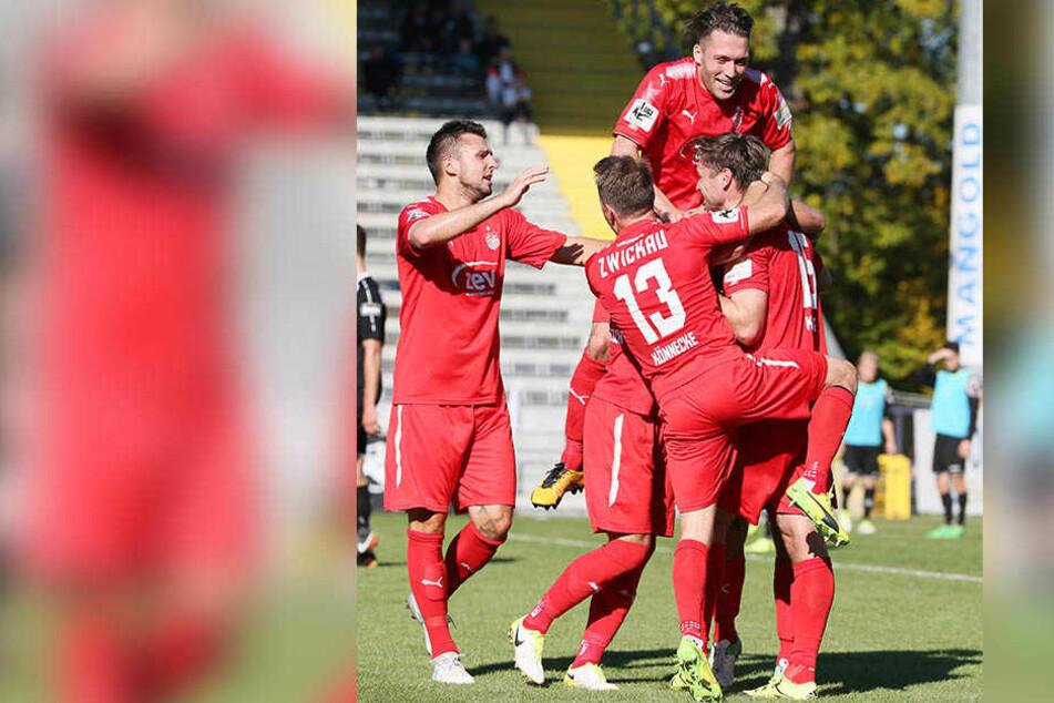 Tor für FSV Zwickau. Ronny König (r.) erzielt den Treffer zum 0:1 per Kopf und jubelt mit seinen Teamkollegen.