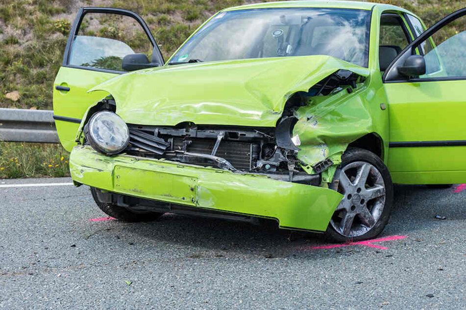 Mega-Stau nach Crash: Zwei Verletzte bei Unfall auf B174