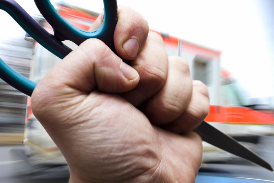 Mit einer Schere soll der Angeklagte mehrmals zugestochen haben (Symbolfoto).