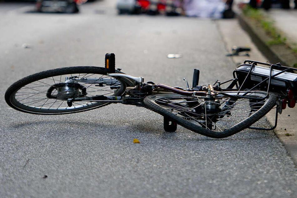 Als er auf den Fußweg fahren wollte, stürzte der Radfahrer und wurde schwer verletzt.