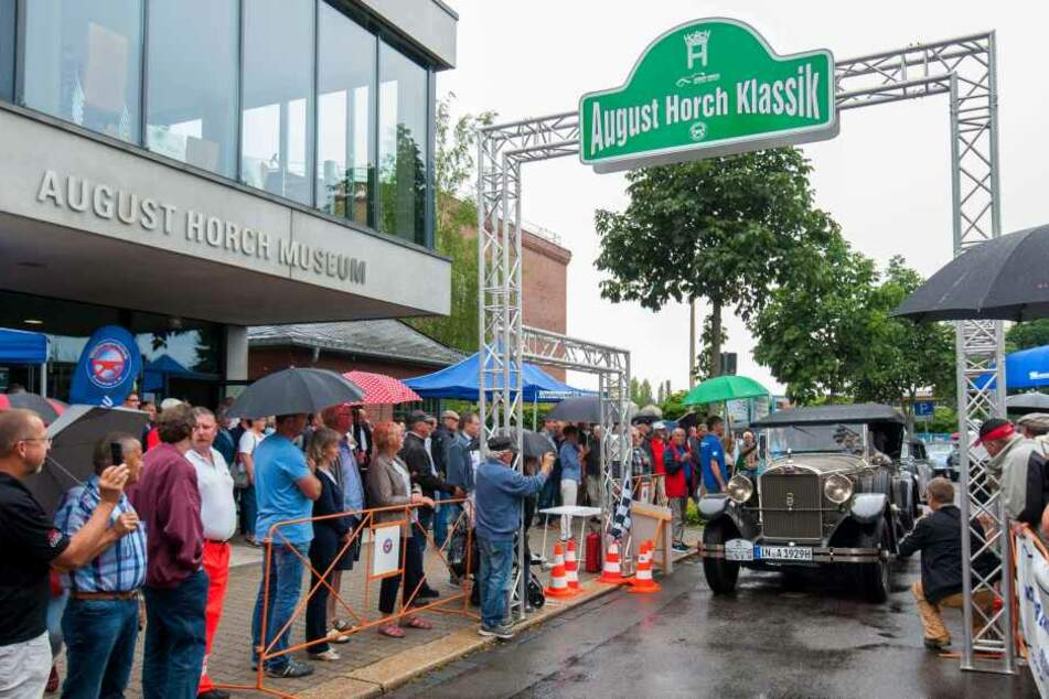 Rund 1000 Besucher wollten sich die Oldtimer in Zwickau trotz des Regens nicht entgehen lassen.
