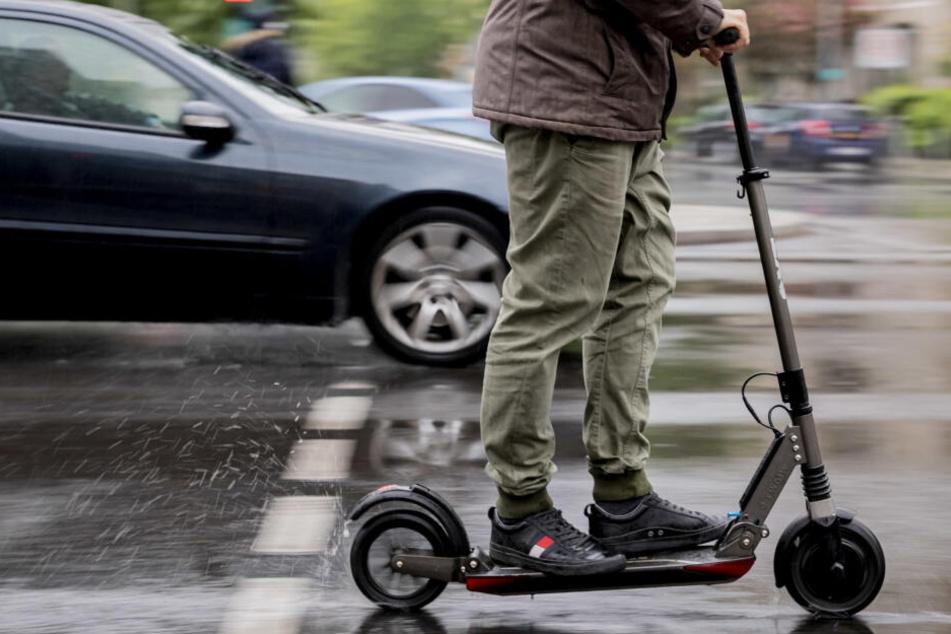 In Düsseldorf gab es zwei Verletzte nach dem Zusammenstoß eines E-Scooterfahrers und einer Radfahrerin (Symbolbild).
