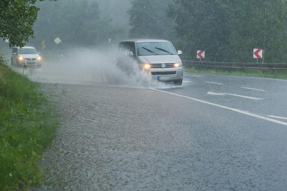 Durch den Starkregen wurden in der ganzen Region Straßen überspült. (Archivbild)