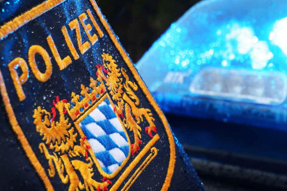 Bewaffneter Überfall auf Geschäft: Täter auf der Flucht, Polizei warnt