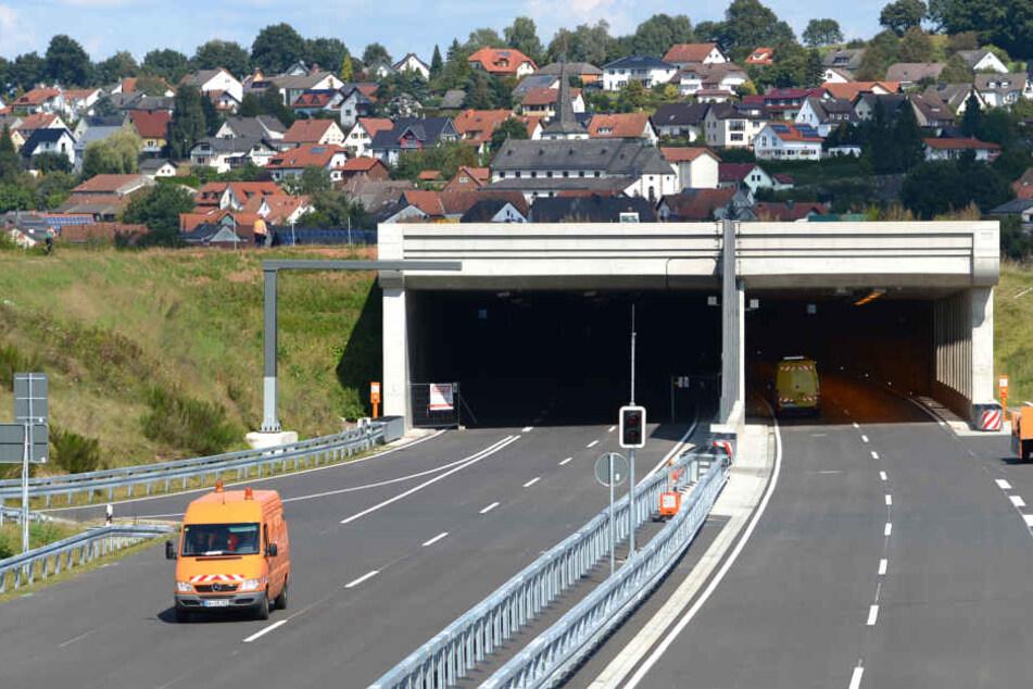 Ehepaar fährt mit Auto vor Tunnel auf A66, dann rastet die Frau vollkommen aus
