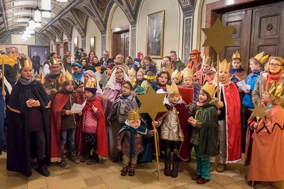 Die Sternsinger aus den katholischen Stadtgemeinden Propstei, St. Josef, St. Antonius und St. Franziskus waren am Dienstag im Rathaus.