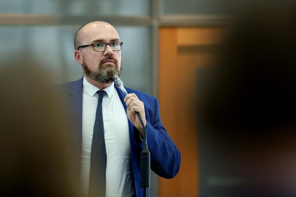 """Hans-Thomas Tillschneider (42) bei einer Debatte zum Thema """"Rechtsextremes Prepper-Netzwerk reicht bis in AfD-Landesfraktion""""."""