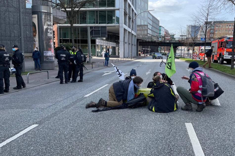 Die sechsspurige Willy-Brandt-Straße musste komplett gesperrt werden, der Verkehr wurde lahmgelegt.