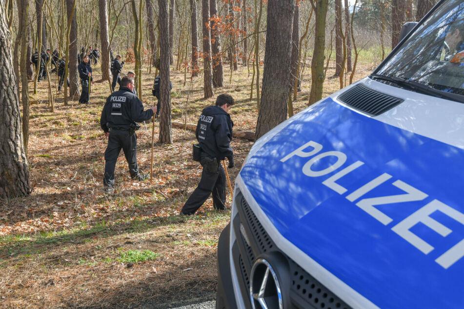 Polizisten durchsuchen ein Waldstück in der Nähe von Kummersdorf. Mehrere groß angelegte Suchaktionen blieben ohne Erfolg.