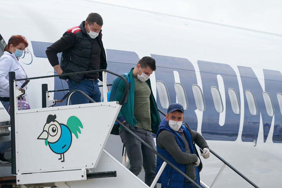 Rumänische Erntehelfer steigen am Flughafen Hahn aus einer Maschine der Fluggesellschaft TAROM.