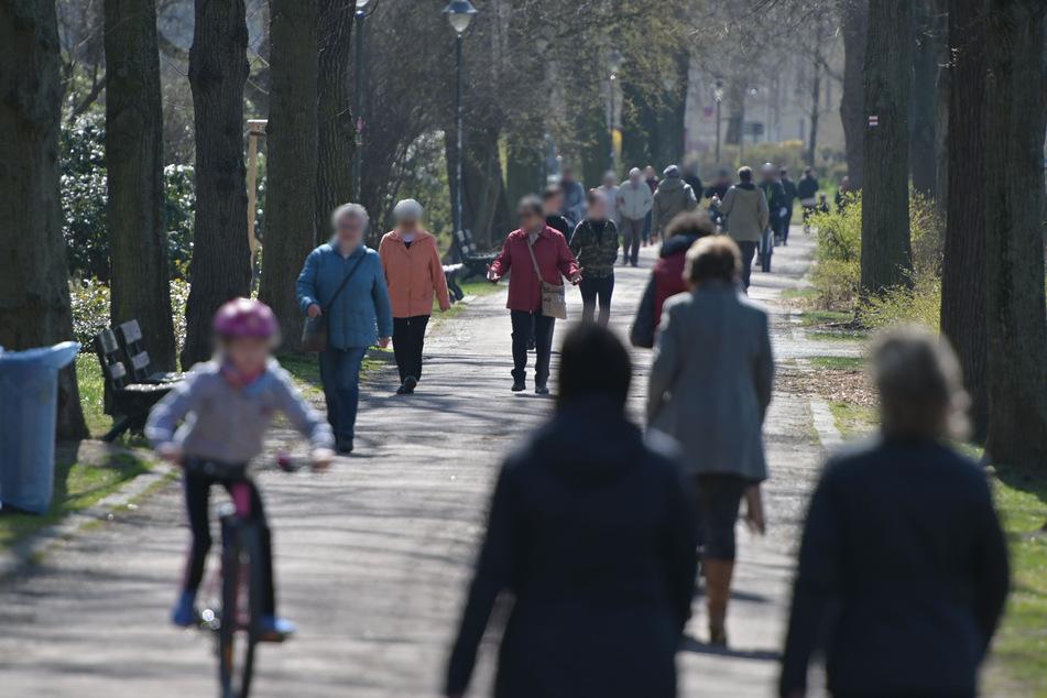 Die ersten warmen Sonnenstrahlen treiben die Chemnitzer in den Schloßteichpark.