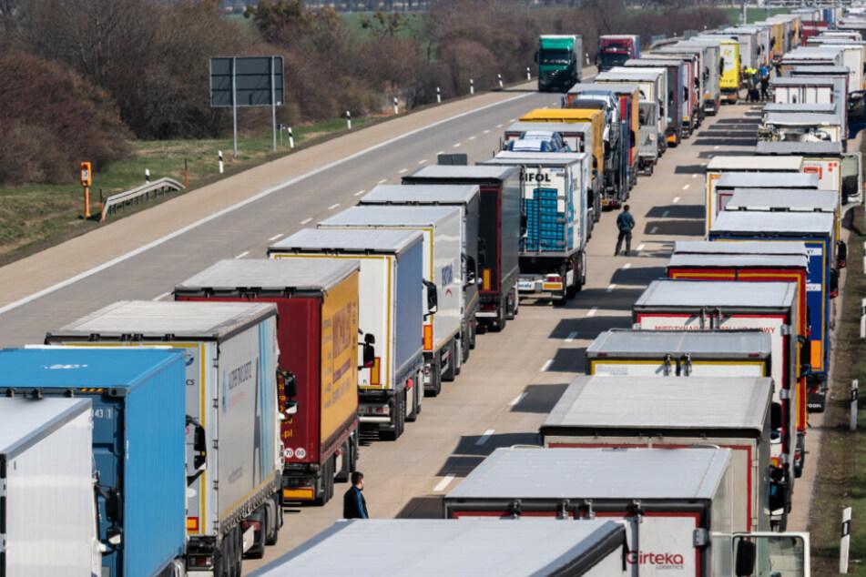 LKW stauen sich auf der Autobahn A4 Dresden - Görlitz bei Bautzen.