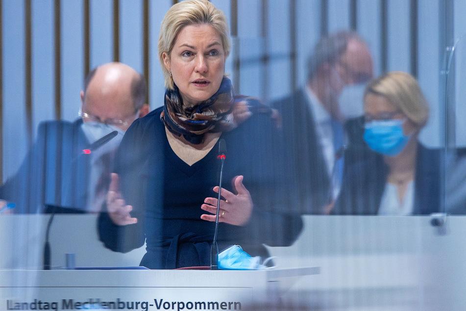 Manuela Schwesig (SPD), die Ministerpräsidentin von Mecklenburg-Vorpommern, spricht bei der Sitzung des Landtags zur aktuellen Corona-Situation.