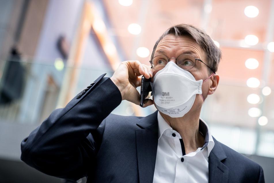 Karl Lauterbach (58), Gesundheitsexperte der SPD, wartet auf den Beginn der Pressekonferenz zur aktuellen Coronalage und dem weiteren Vorgehen bei den Impfungen.