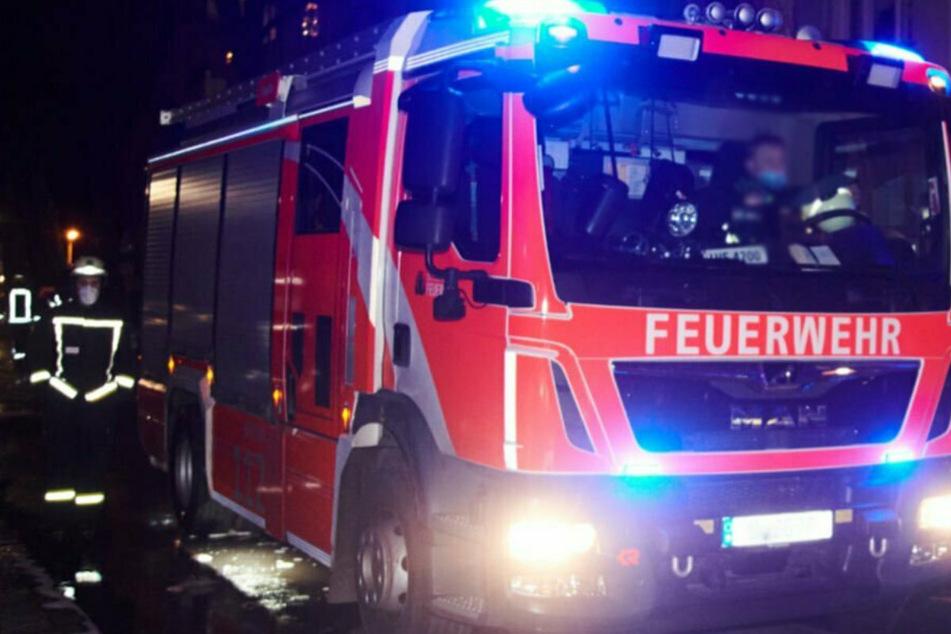 Die Feuerwehr musste nach Limbach-Oberfrohna ausrücken. Dort stand ein Gartenhaus in Flammen. (Symbolbild)