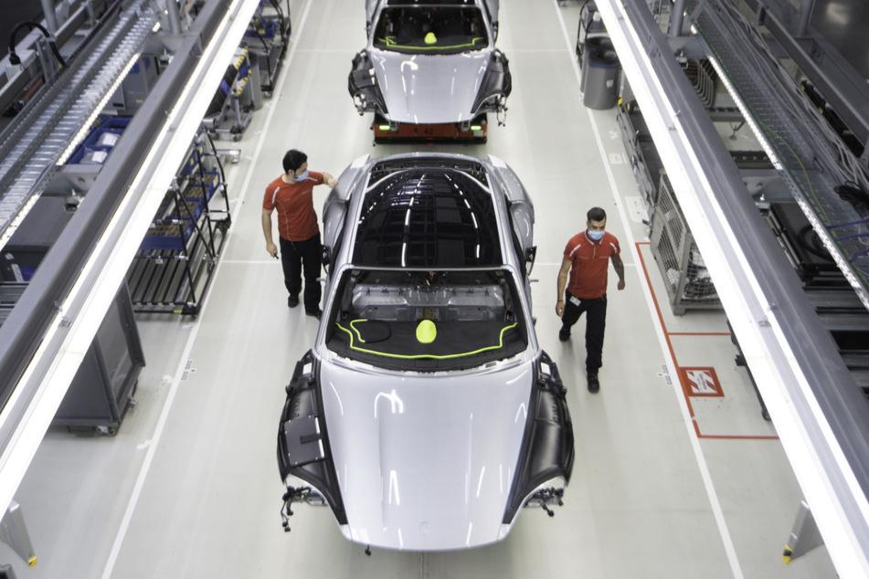 Der batterieelektrische angetriebene Sportwagen Porsche Taycan ist in der Produktion zu sehen. Porsche ruft wegen eines möglichen Problems mit dem Antrieb 43.000 Fahrzeuge zurück.