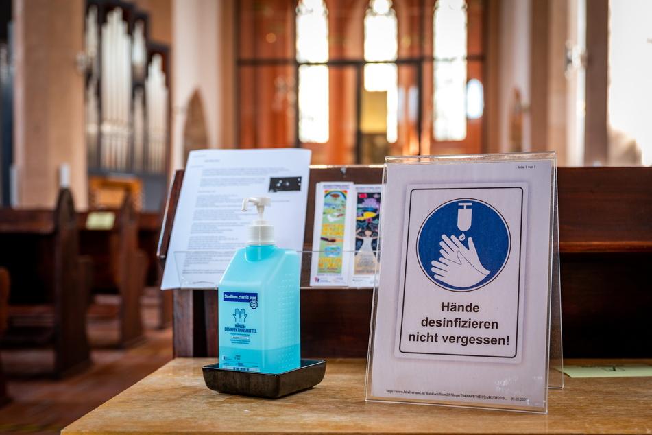 Wer die Jakobikirche besucht, muss sich erst mal die Hände desinfizieren.