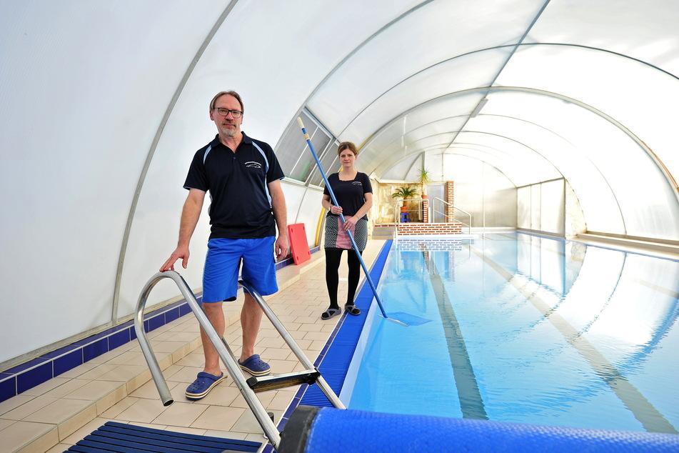 Sind empört: Lutz Hoffmann (47) und seine Frau Anja (39). Sie dürfen ihr Schwimmbecken nicht privat an Familien vermieten.