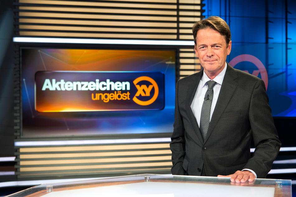"""ZDF-Moderator Rudi Cerne im Studio der Sendung """"Aktenzeichen XY ... ungelöst""""."""