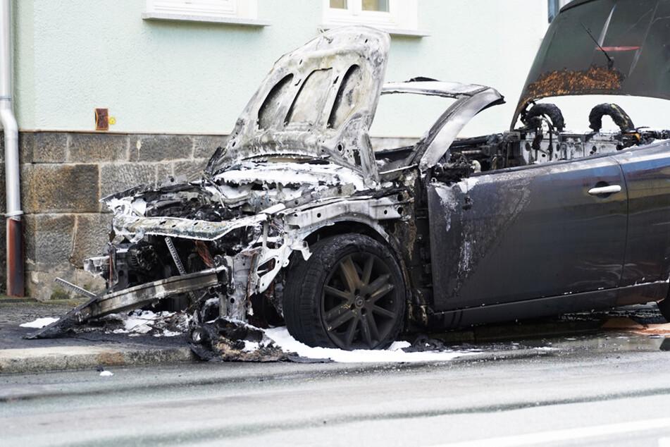 Cabrio brennt in der Lausitz komplett aus, B96 am Nachmittag gesperrt