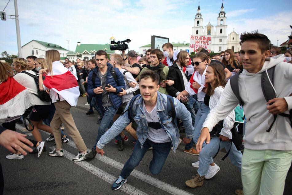 Zum Start in das neue Studienjahr sind die Sicherheitskräfte in Belarus gegen Studenten in Minsk vorgegangen, die gegen den umstrittenen Präsidenten Lukaschenko demonstrierten.