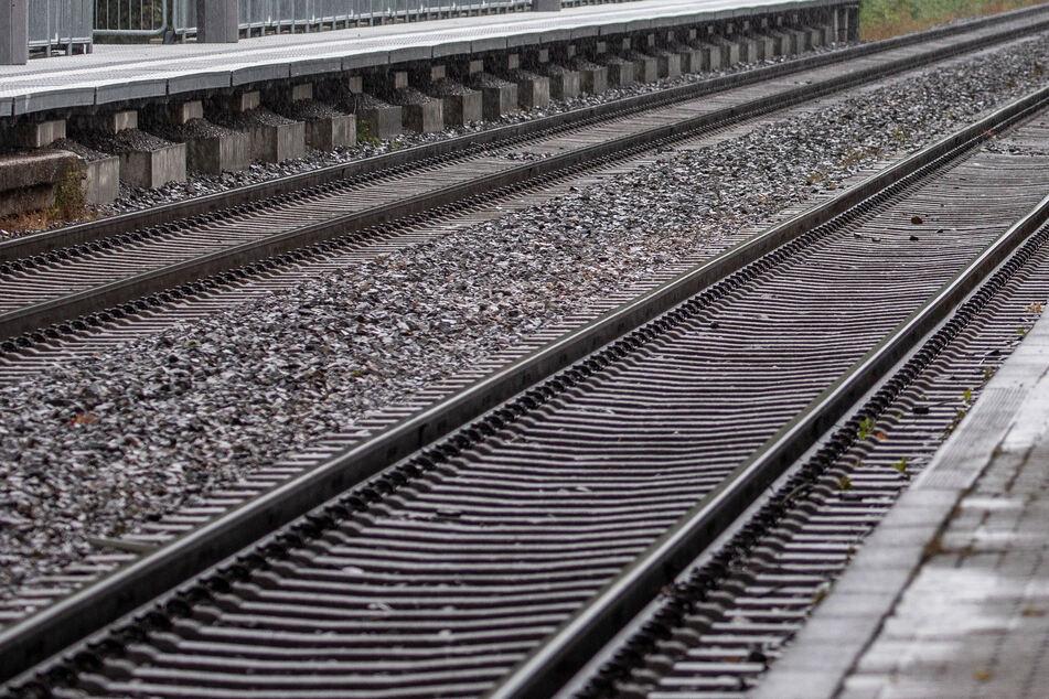 Arbeiter rutscht beim Rasenmähen aus, stürzt Hang hinunter und bleibt im Gleisbett liegen
