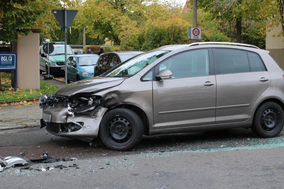 Zwei Autos stießen frontal zusammen.