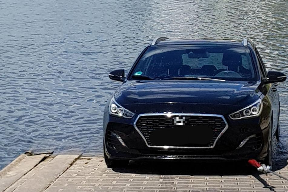 Junge Frau will Sportboot zu Wasser lassen, dann versinkt ihr Auto im Hafenbecken