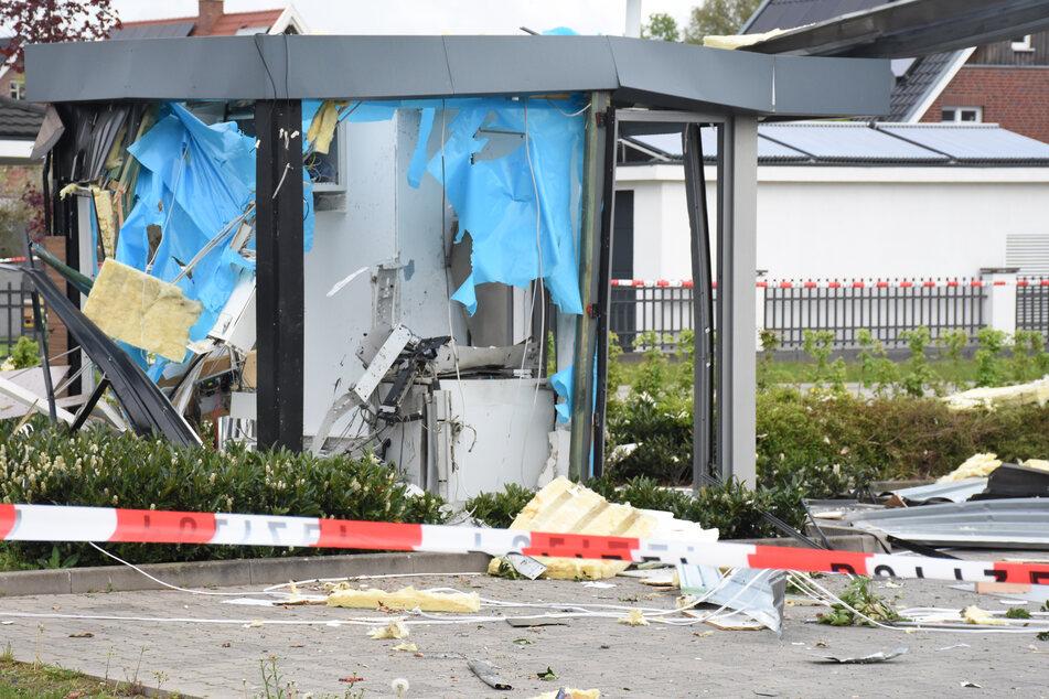 Die Trümmer eines zerstörten Kassenhäuschens liegen nach einer Automaten-Sprengung auf einem Supermarkt-Parkplatz im nordrhein-westfälischen Vreden.